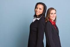 Mulheres de negócios seguras felizes que sorriem no trabalho foto de stock