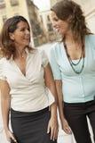 Mulheres de negócios que andam através da cidade Foto de Stock