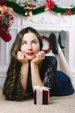 Mulheres de Santa com sacos Beleza Girl modelo com a chaminé no fundo Presente à disposição Sorriso bonito dos dentes da boca abe fotos de stock royalty free
