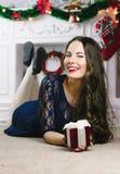 Mulheres de Santa com sacos Beleza Girl modelo com a chaminé no fundo Presente à disposição Sorriso bonito dos dentes da boca abe foto de stock royalty free