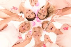 Mulheres de sorriso com fitas cor-de-rosa fotografia de stock royalty free