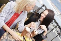 Mulheres de sorriso que bebem um café Foto de Stock