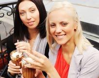Mulheres de sorriso que bebem um café Imagem de Stock