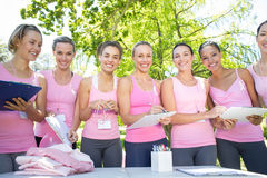 Mulheres de sorriso que organizam o evento para a conscientização do câncer da mama Imagem de Stock