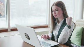 Mulheres de um negócio que trabalham com o portátil no café filme