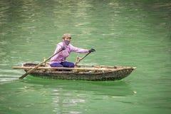 Mulheres de Vietnamise no barco fotografia de stock royalty free