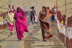Mulheres de vista fortes, no Kumbh Mela Festival, Allahabad, Índia 2013 imagem de stock