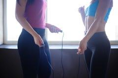 Mulheres desportivas com cordas de salto antes do exercício imagem de stock royalty free