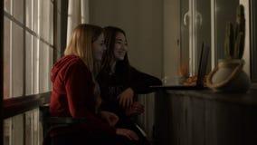 Mulheres diversas alegres que fluem um filme com portátil filme