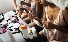Mulheres diversas com cosméticos da composição imagem de stock royalty free