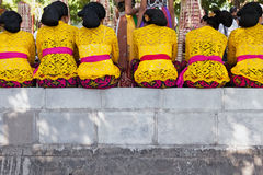 Mulheres do Balinese no templo fotografia de stock