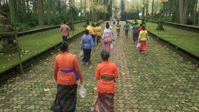 Mulheres do Balinese que andam fora do templo em Sangeh filme