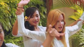 Mulheres do Balinese que ensinam a dança do turista filme