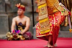 Mulheres do dançarino do Balinese em sarongues tradicionais imagem de stock