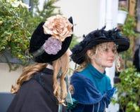 Mulheres do festival de Dickens com música de natal do Natal dos chapéus do bleu Foto de Stock Royalty Free
