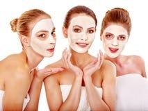 Mulheres do grupo com máscara facial. fotos de stock