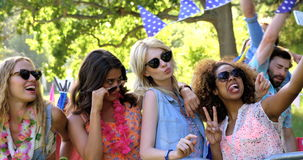 Mulheres do moderno que tomam um selfie filme