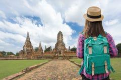 Mulheres do viajante com trouxa que andam no templo Ayuttaya, Tailândia foto de stock