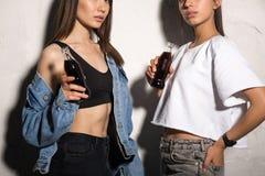 Mulheres dos amigos do moderno que bebem a água ventilada foto de stock royalty free