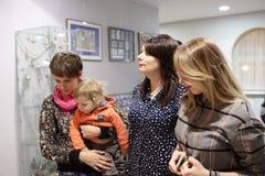 Mulheres e criança no museu fotos de stock