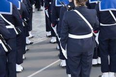 Mulheres e homens de marcha do soldado do marinheiro francês feliz Fotografia de Stock Royalty Free