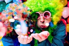 Mulheres e homens que comemoram no partido para a véspera ou o carnaval de anos novos foto de stock royalty free