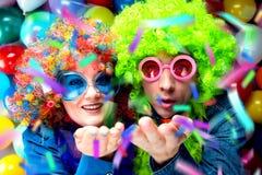 Mulheres e homens que comemoram no partido para a véspera ou o carnaval de anos novos imagens de stock royalty free