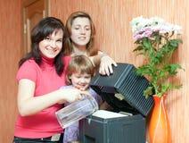 Mulheres e humidificador dos usos da menina Fotografia de Stock Royalty Free