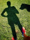 Mulheres e sua sombra do cão Fotos de Stock Royalty Free