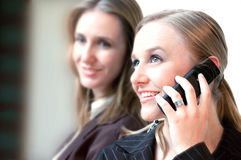 Mulheres e telemóvel bonitos Fotografia de Stock Royalty Free