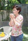 Mulheres e um copo em sua mão Imagens de Stock