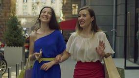 Mulheres elegantes do cliente que apreciam a compra no centro de comércio vídeos de arquivo