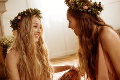 Mulheres em grinaldas florais Fotos de Stock