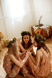 Mulheres em grinaldas florais Fotografia de Stock