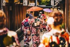 Mulheres em quimonos japoneses tradicionais que andam em Kyoto, Japão Fotos de Stock Royalty Free