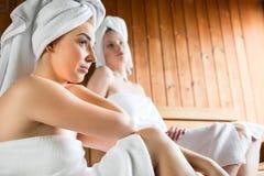 Mulheres em termas do bem-estar que apreciam a infusão da sauna Fotos de Stock
