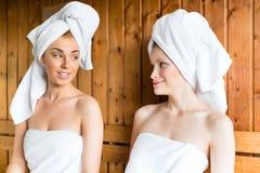 Mulheres em termas do bem-estar que apreciam a infusão da sauna Foto de Stock Royalty Free