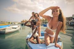 Mulheres em um barco imagens de stock royalty free