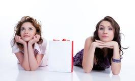 Mulheres emocionais novas com saco de papel fotos de stock royalty free