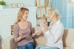 Mulheres emocionais que compartilham de grandes notícias e que olham entusiasmado Fotografia de Stock
