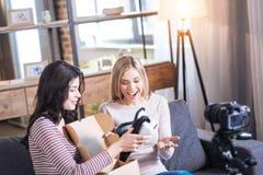 Mulheres entusiasmado agradáveis que olham os vidros 3d Fotografia de Stock Royalty Free