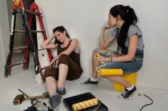 Mulheres esgotadas que tomam uma ruptura da renovação fotografia de stock