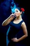 Mulheres espanholas de vista 'sexy' que fumam o cigarro Fotos de Stock Royalty Free