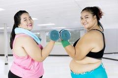 Mulheres excessos de peso atrativas que fazem o exercício Fotografia de Stock Royalty Free