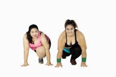 Mulheres excessos de peso prontos para ser executado no estúdio Fotos de Stock Royalty Free