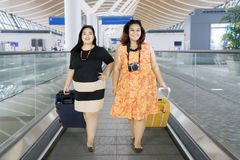 Mulheres excessos de peso que andam no aeroporto Fotos de Stock Royalty Free