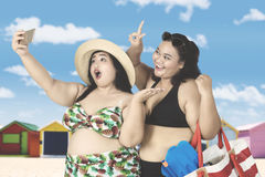 Mulheres excessos de peso que tomam a foto do selfie Fotografia de Stock