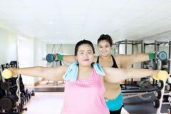 Mulheres excessos de peso saudáveis que fazem o exercício Foto de Stock Royalty Free