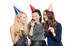Mulheres felizes com aperto dos tampões do partido Fotografia de Stock Royalty Free