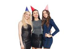 Mulheres felizes com aperto dos tampões do partido Imagem de Stock Royalty Free